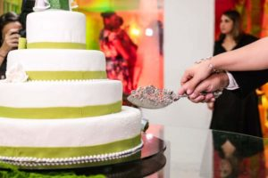 wedding-cake-couple-knife
